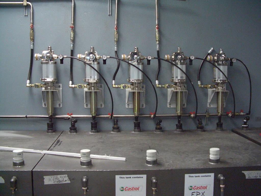 Zona de bombeo aceites centralizados desde cisterna 1000L con bombas de doble efecto y alto caudal