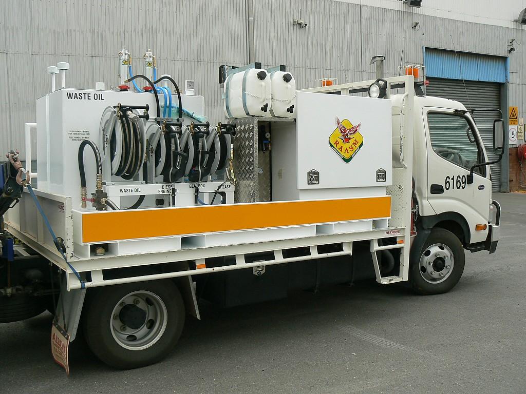 Furgoneta equipada para engrase, suministro y recuperación de aceites