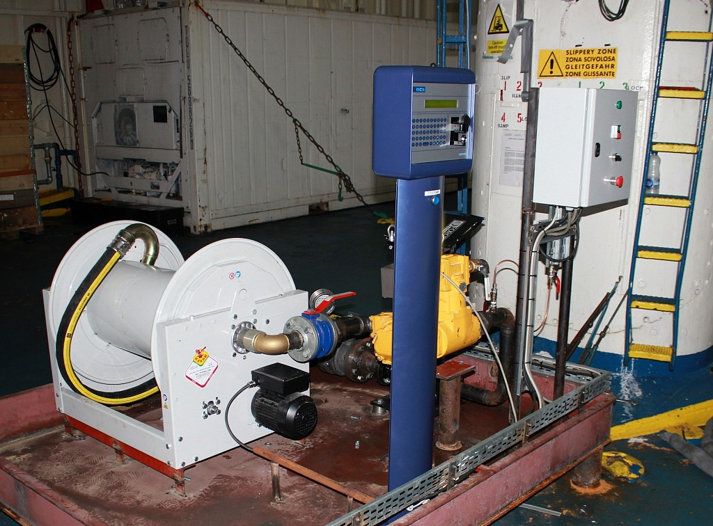 Enrollador motorizado para suministro de diésel en astillero