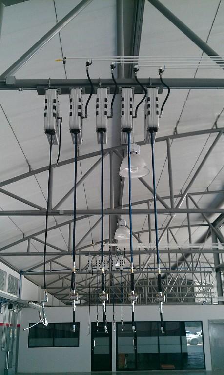 Puesto de suministro aéreo  con enrolladores carenados