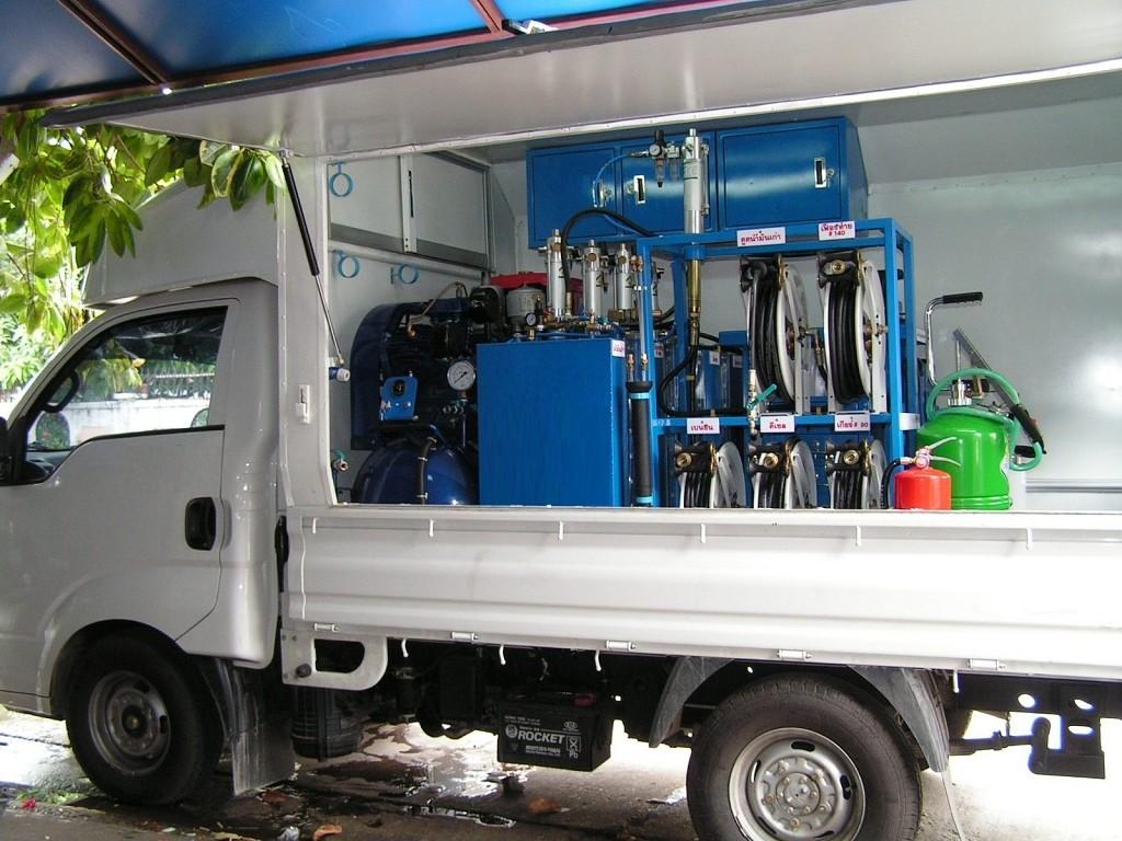 Furgón equipado para engrase, suministro y recuperación de aceites