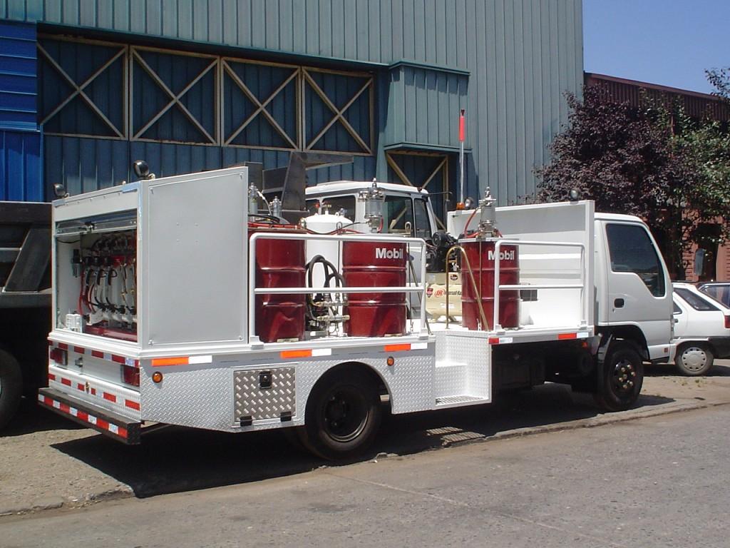 Camión equipado para engrase, suministro y recuperación de aceites