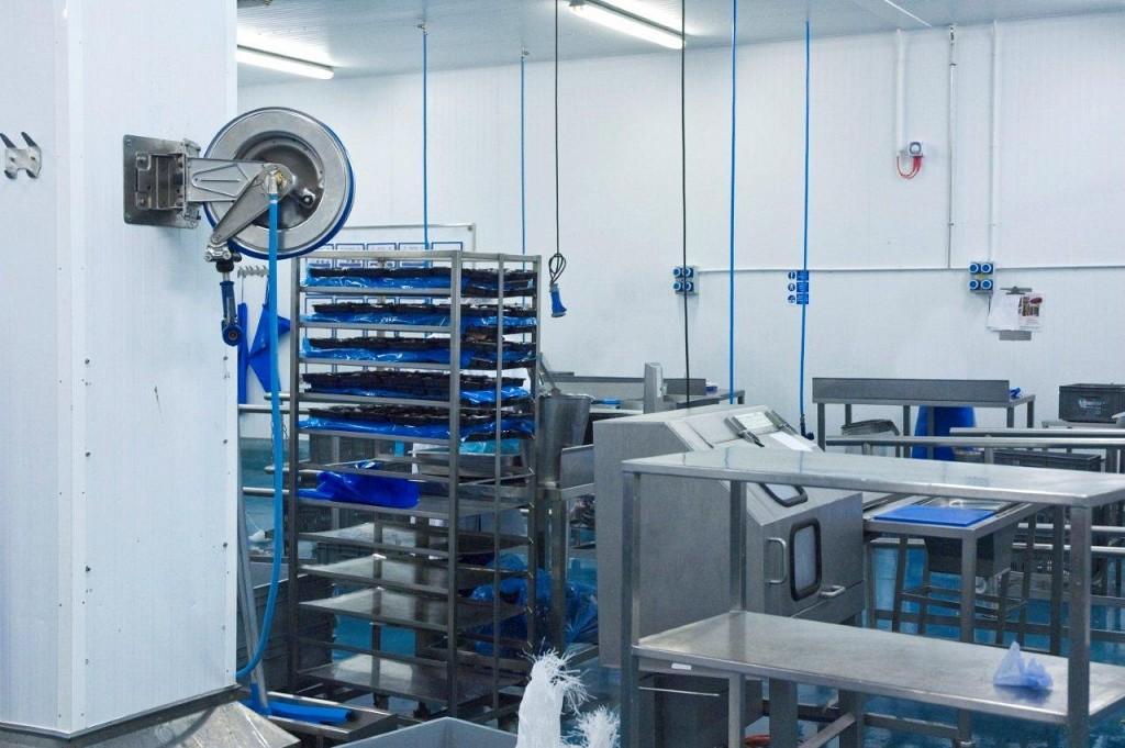 Enrollador acero inoxidable en industria de pescado